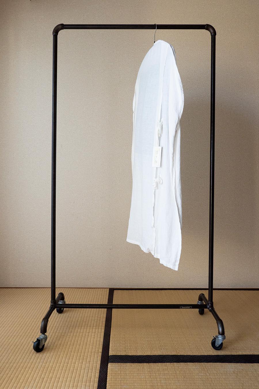 ネットで購入したアイアンのコートハンガー。洋服カバーは、穴があいてしまったシーツを使って、友人が作ってくれたもの。