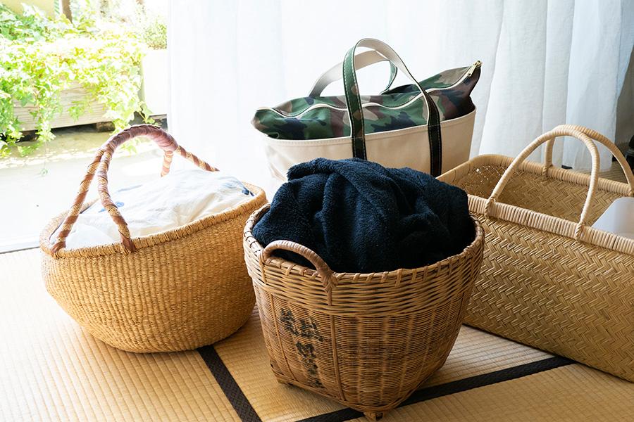 枕棚の上で活用しているカゴ。冠婚葬祭グッズや季節ものの飾りなど、使用頻度の低いものをアイテム毎にまとめている。