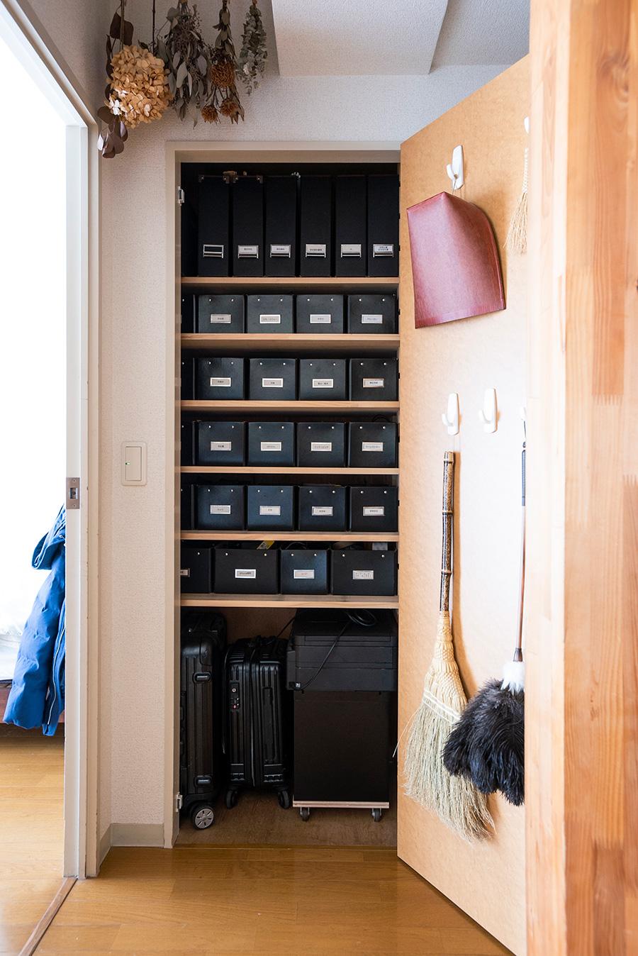 棚板を増やして使いやすくなった収納庫。右下に自作の台車つきキャビネット&プリンターを。掃除道具も引っ掛ければすっきり。