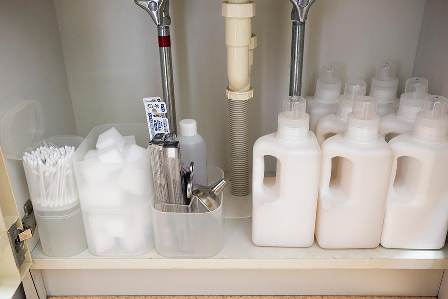 ストック品は洗面台下に。購入後すぐに移し替える、この手間が後々の時間の余裕につながる。