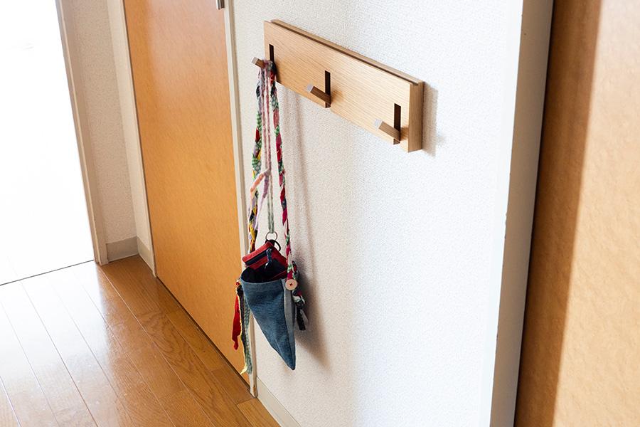 無印良品の3連フックを、下のお子さんの手の届きやすい位置に。お片付けの習慣を促す工夫でもある。
