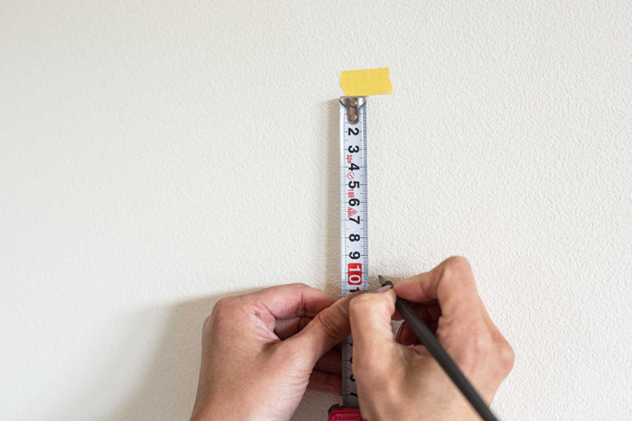 マスキングテープを貼った場所から、上では買った長さ分の下に印をつける。後で消せるように鉛筆を使うと良い。