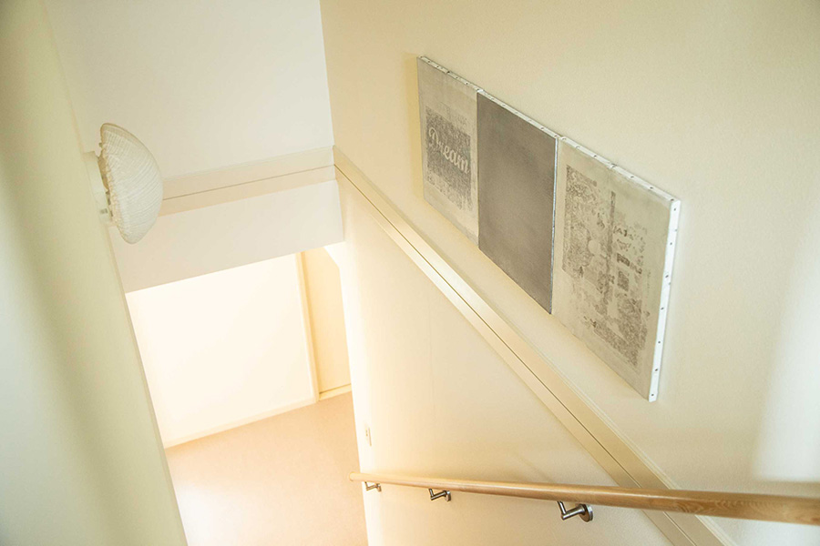 横に移動する階段という場所を活かし、連作を飾る。artist:たちばなひろし