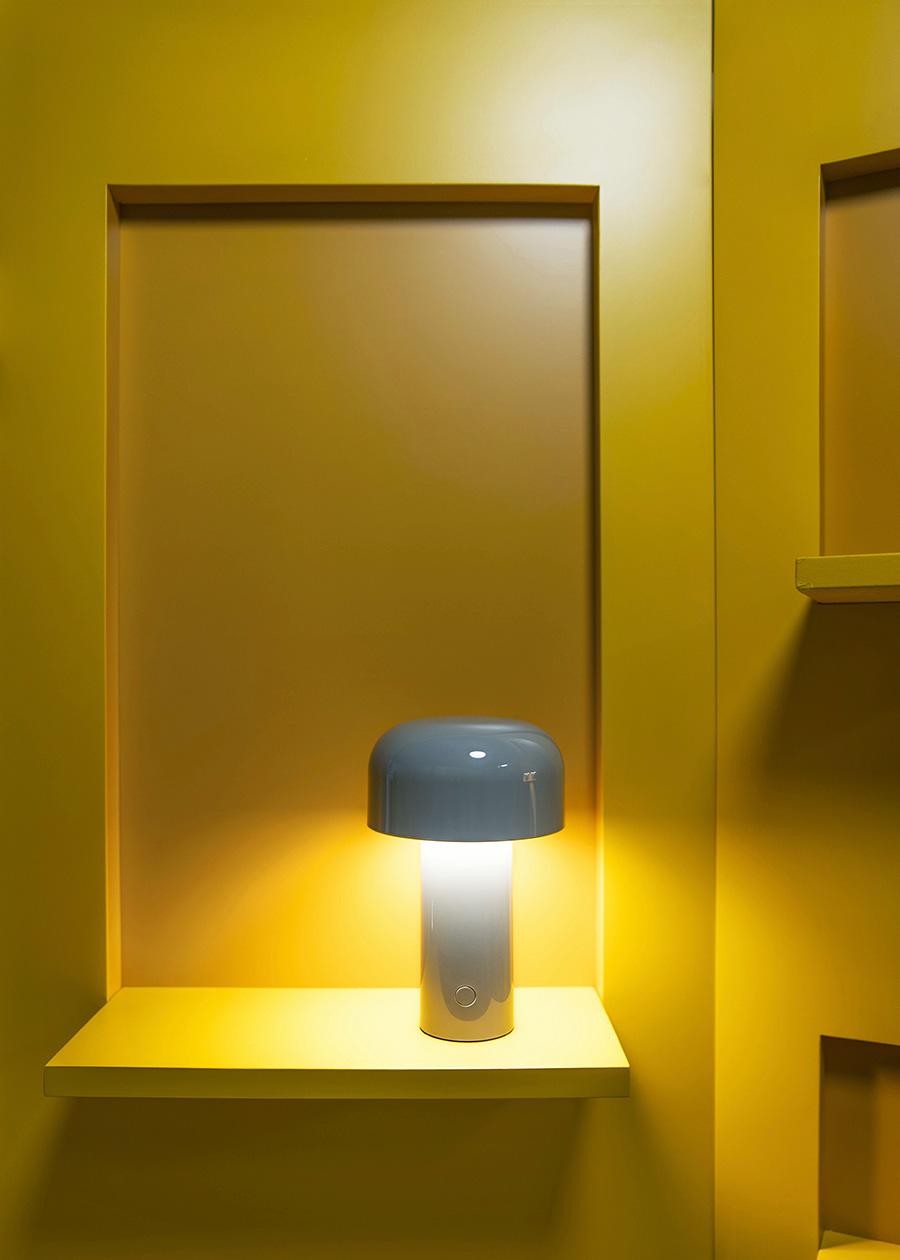 温かく洗練されたグレーのランプが上品で優しい光を放つ。 調光スイッチにより、4段階に明るさをコントロールできる。