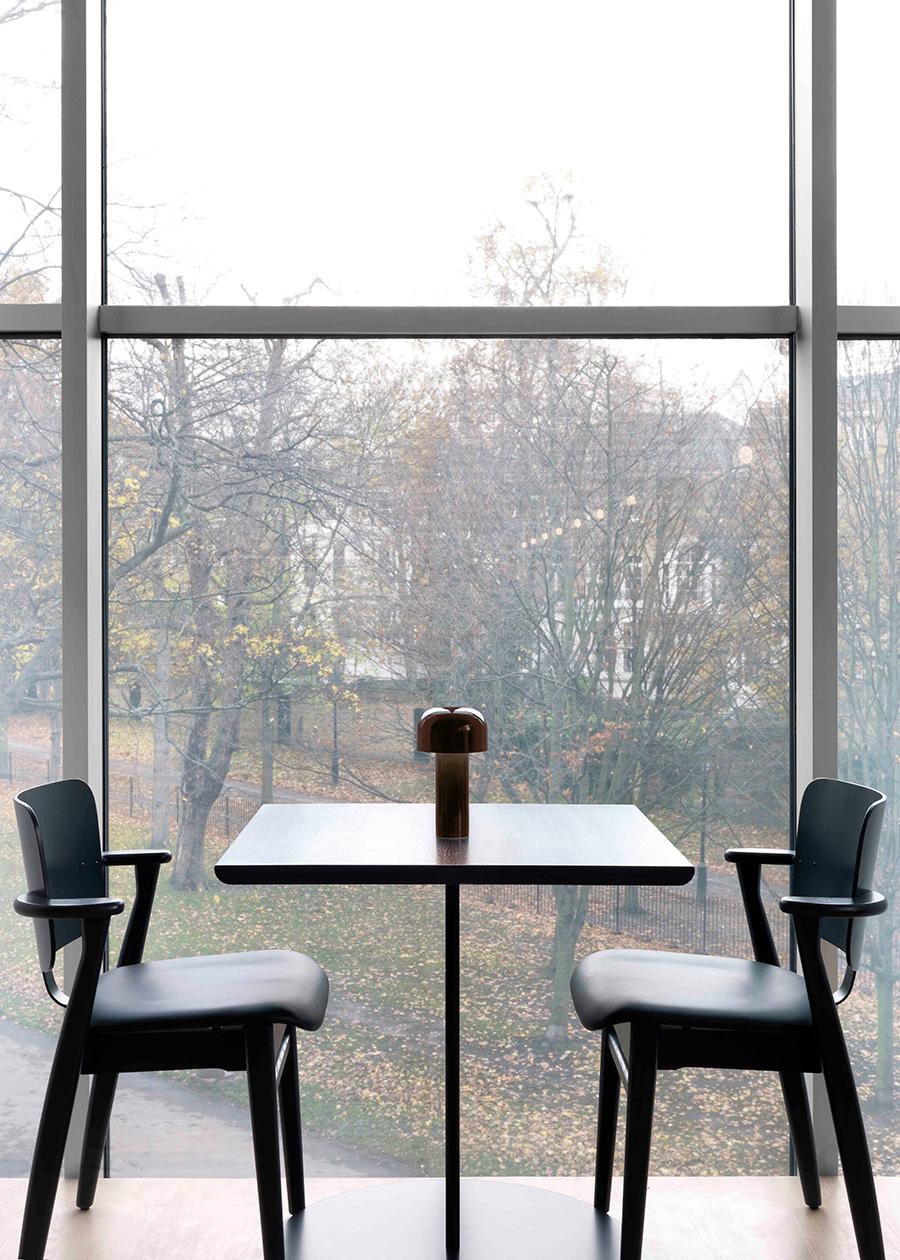シンプルで小ぶりながらも存在感のあるテーブルランプ。