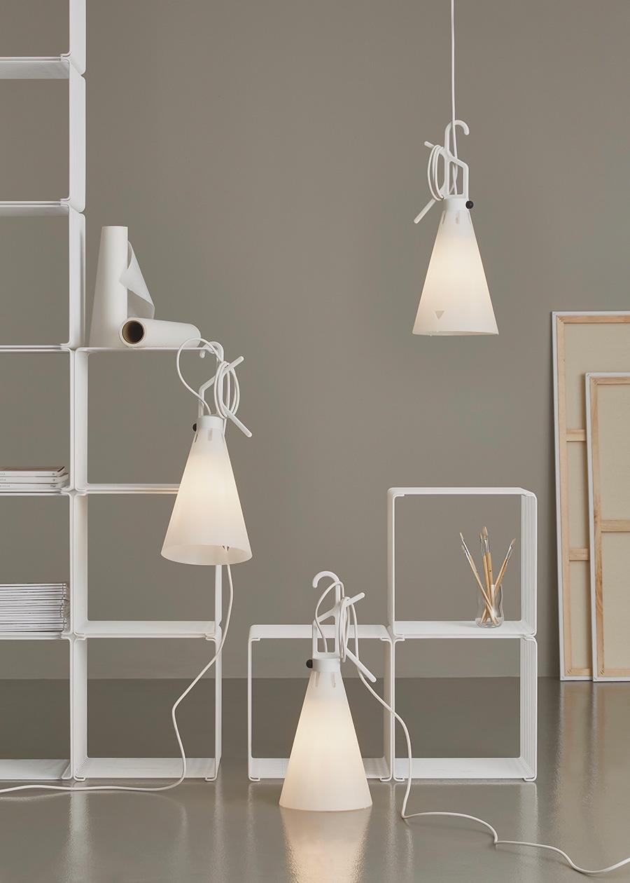吊るす・引っ掛け・置きができるマルチな照明。 メーデーホワイト ¥18,000 スイッチ部以外コードからプラグまですべて白で統一された限定色。