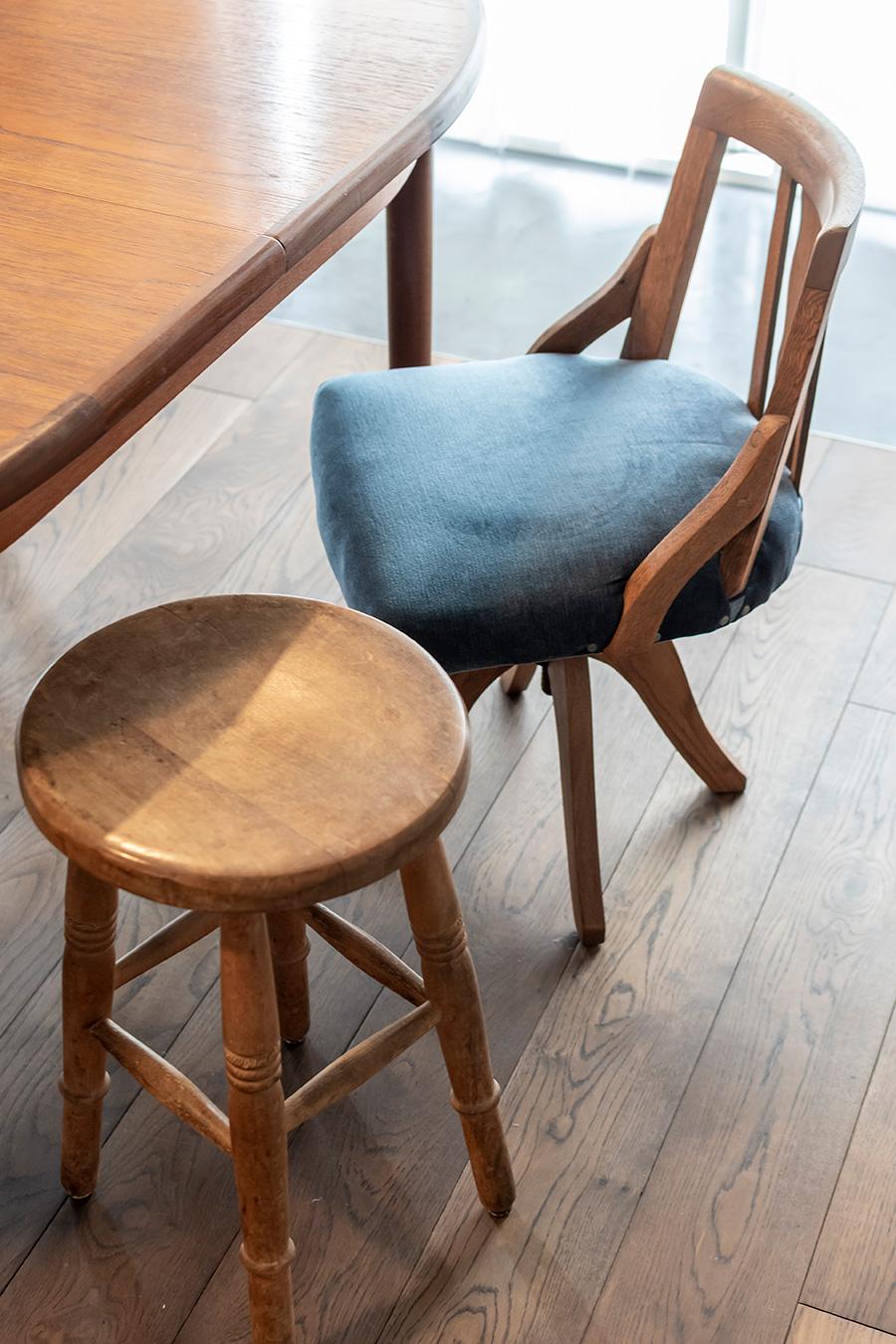 「SAMLWALTZ」のスツール(下)と「kubu」の椅子(上)。