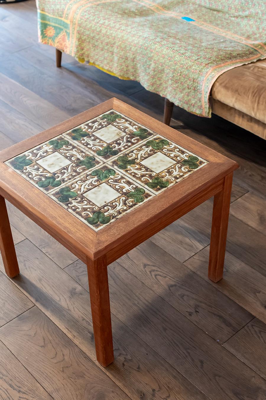 コーヒーテーブルは「Lloyd's Antiques」。