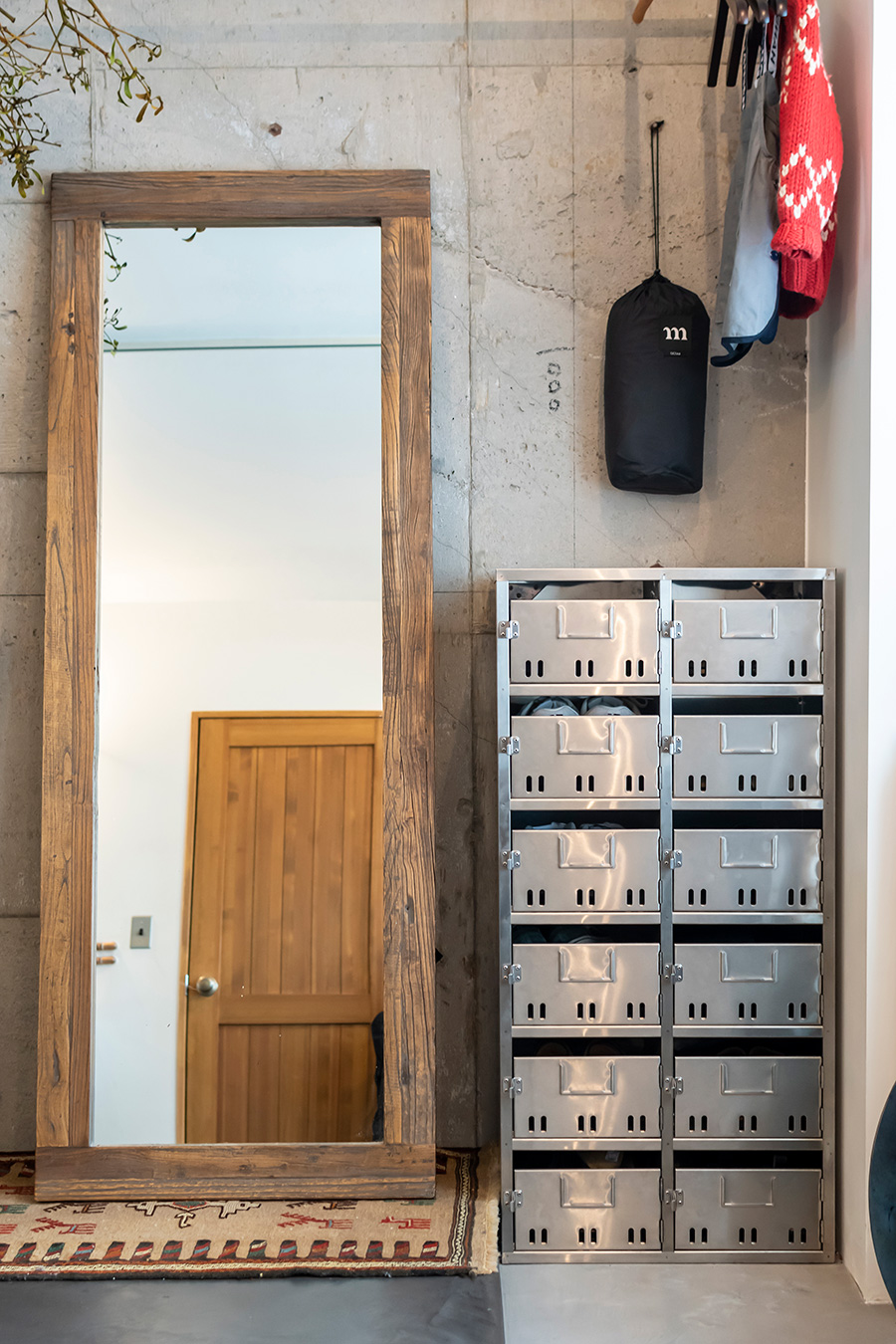 「D&DEPARTMENT」の靴棚は、郵便受けのリメイク。