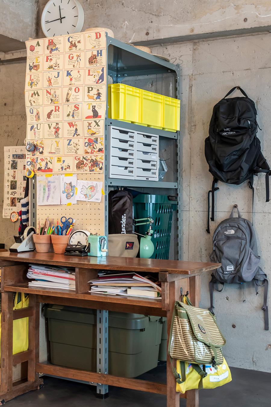 土間の一角には子供たちの勉強スペースが。