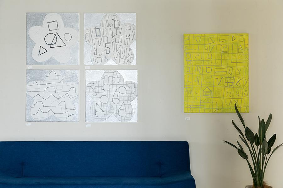 同じく松林誠の作品。同じ大きさの作品を正方形に並べて飾ることで、連続性が生まれる。
