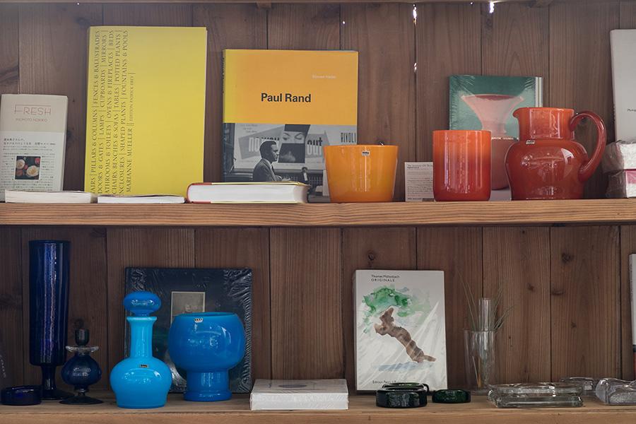 本棚の一角をアートスペースに。Erik Höglundのガラスのベースなど。