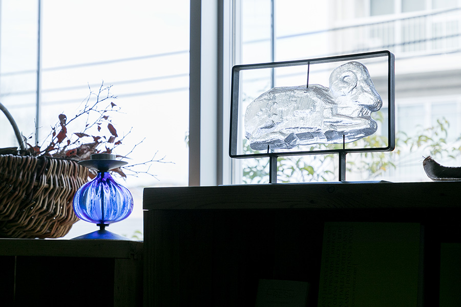Erik Höglundのガラスのオブジェ¥121000(税込)。ガラスの中の気泡が光を受けて輝く。