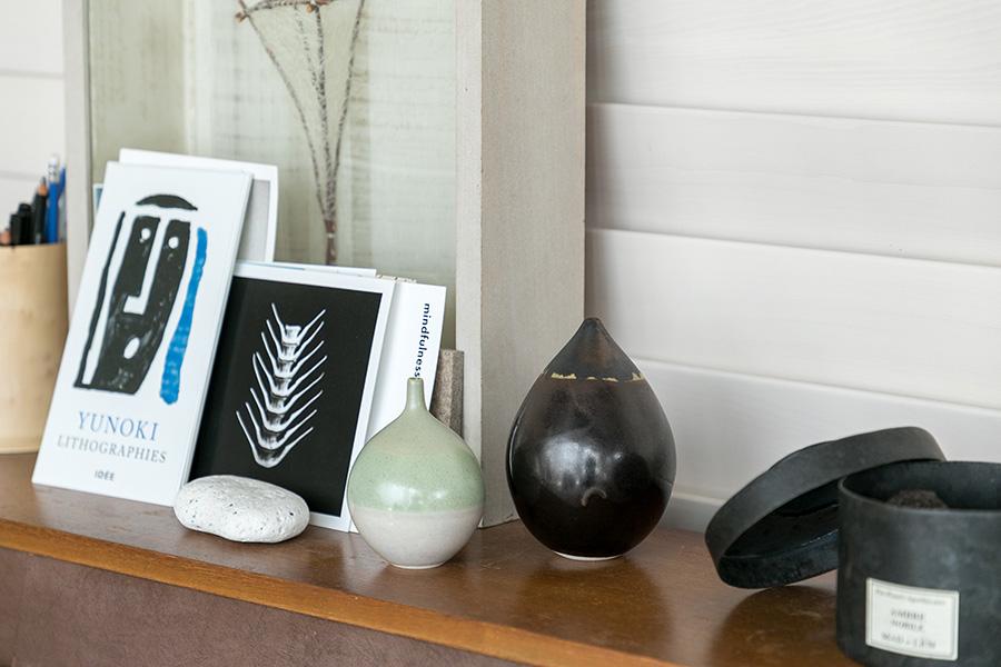 釉薬の研究を重ね、独特の発色を生み出した竹村良訓の花器。大小で並べて。左・¥13200(税込)、右・¥22000(税込)。
