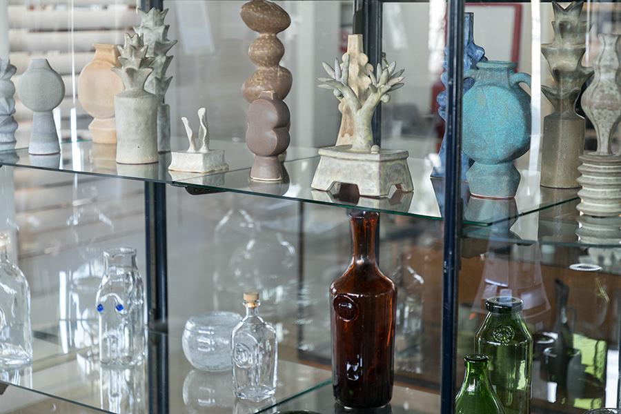 ぼってりしたフォルムや繊細なライン。アートともいえるガラスや陶器のオブジェが並ぶ。