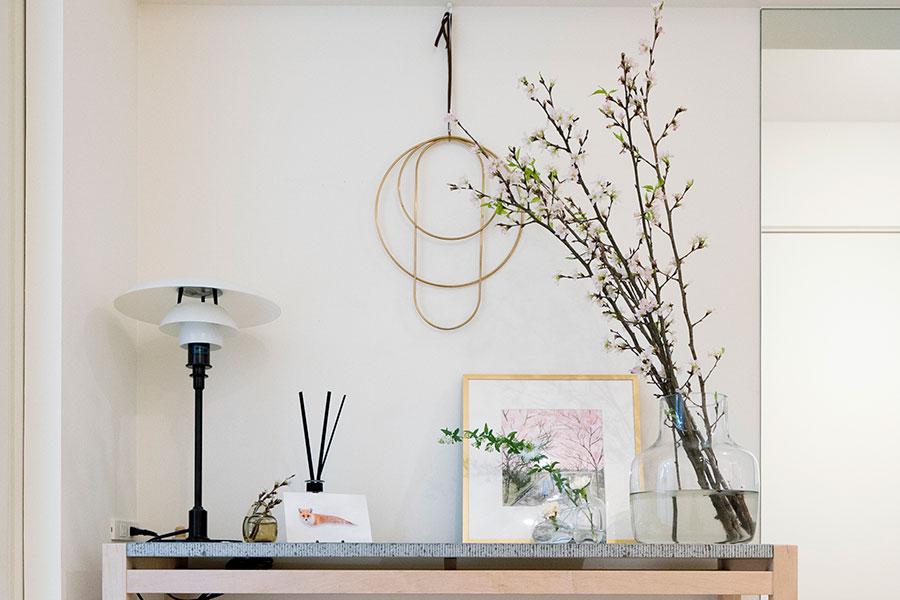 """家に入って最初に目に入る玄関は、特に大切にしたい場所。「ferm LIVING」の""""Deco Frames""""などを飾る。"""