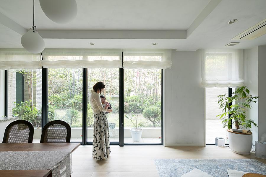 リビングの壁と天井は、白にところどころに墨の入る塗り方に。カーテンは『リネンバード』でウォッシュドリネンのシェードをオーダー。