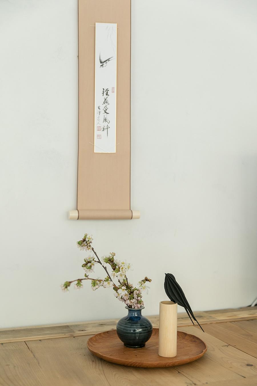 「季節の室礼を楽しむ場所を作りました。今の時期は桜と燕を飾っています。その前は桃の節句をお祝いしました」。