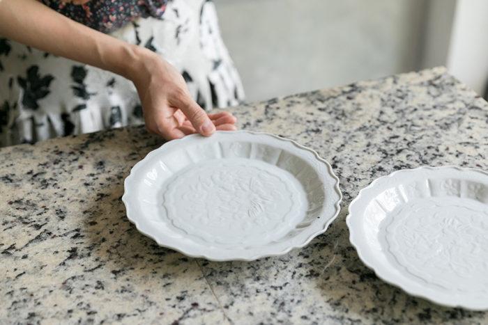 「展覧会で一目惚れして、佐賀の伊万里まで足を運んで買い求めた文祥窯の器です。陶石のままの自然な色ムラや黒点が、この家に似合うと思い、角皿や一輪挿しなども揃えました」