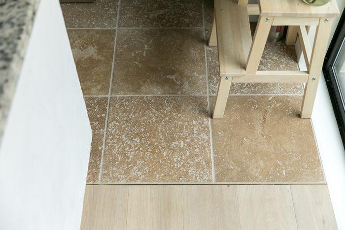 キッチンの床は、ヨーロッパの古い石材を薄切りした歴史を感じさせるものに。