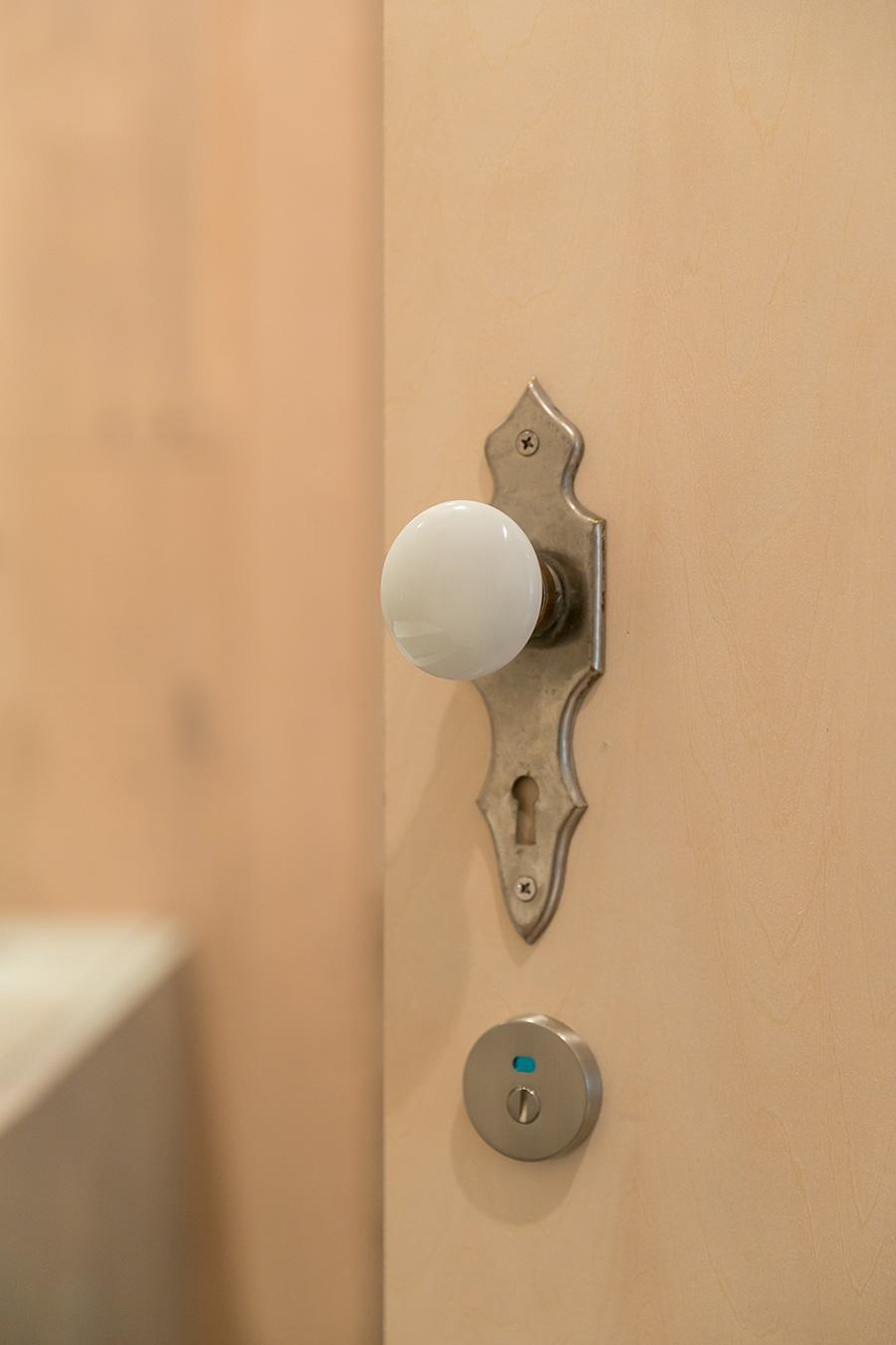 アンティークのドアノブは各部屋でそれぞれ違うものをセレクト。白の陶器製のドアノブはトイレのドアに。