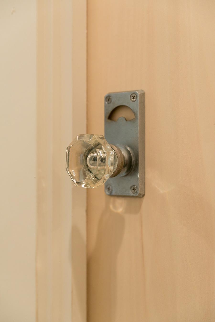 洗面所のドアには、透明感のあるドアノブを。