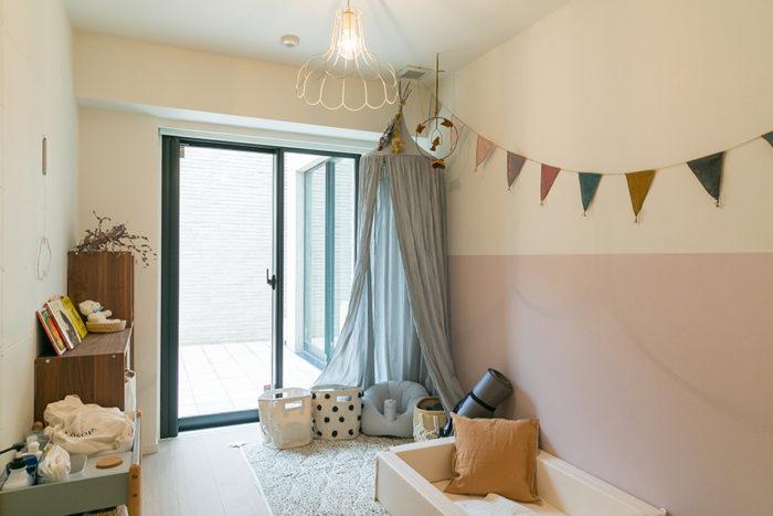 実李ちゃんの部屋は、グレイッシュなピンクと白のツートンカラーに。