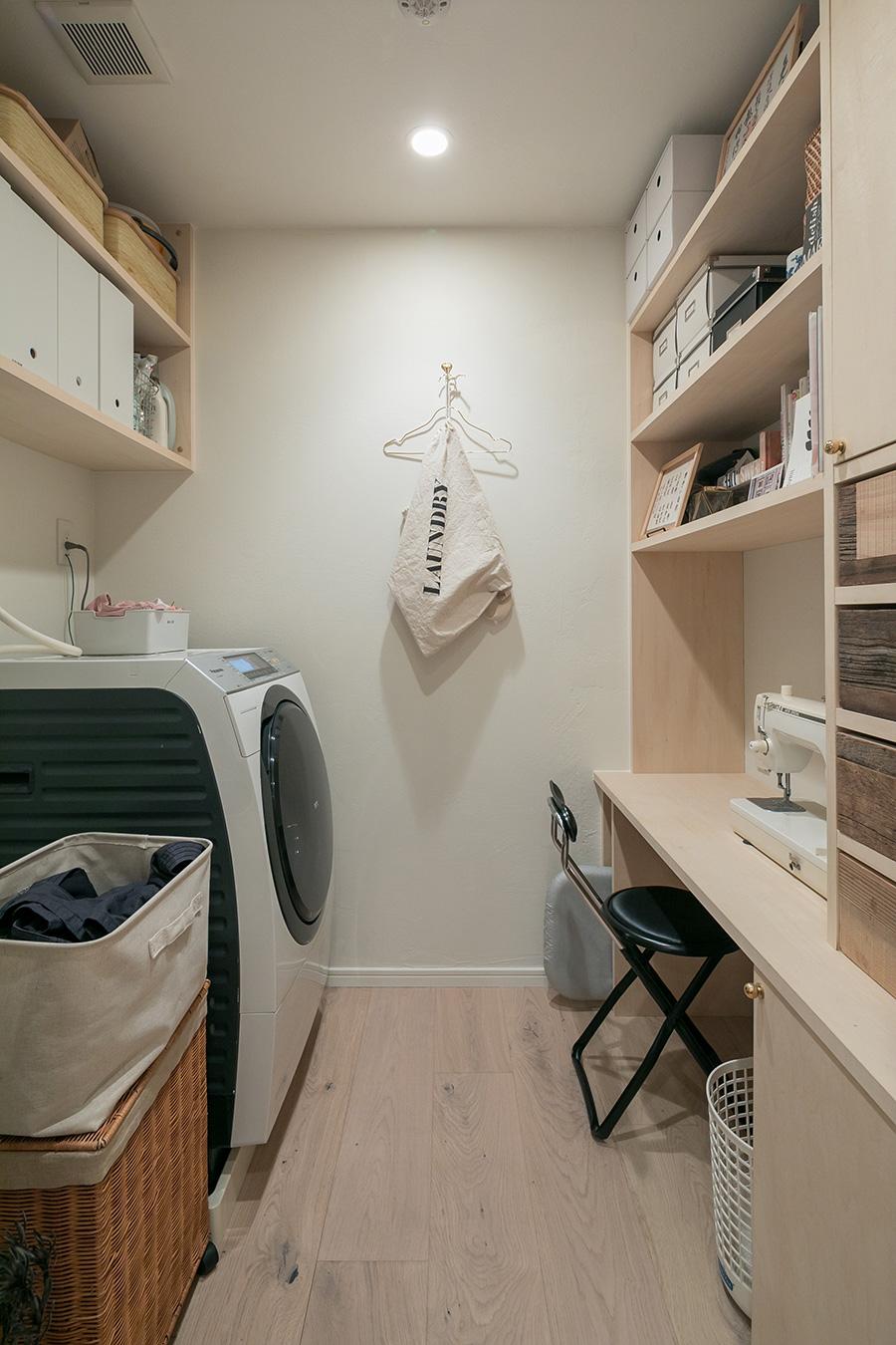 「廊下に面したクローゼットを無くし、そのスペースを生かして家事室を作りました。正面のフックはハンガーにかけた服にスチームアイロンをかけるために取り付けました。ランドリーバッグは、ポートランドの『ACE HOTEL』で買ったものです