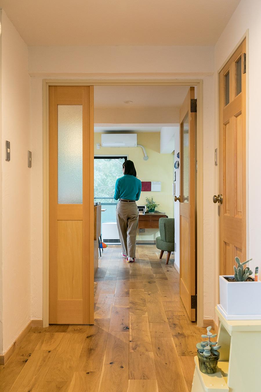 「入り口からリビングまでの抜け感が欲しかった」というYさん。玄関からリビングへと続くドアは空間を広く見せるため両開きタイプになっている。