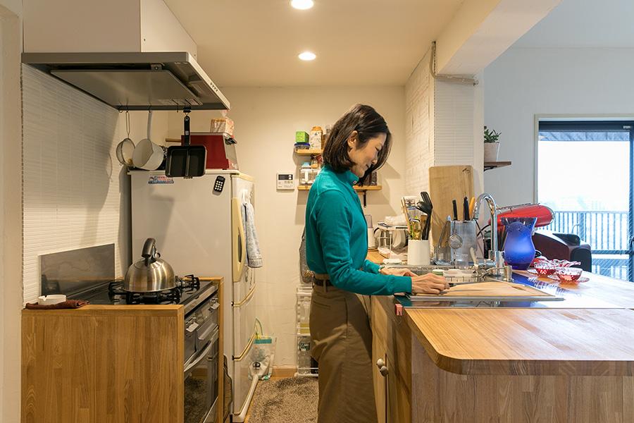 もとはL字のカウンターキッチンだった空間は一から作り直した。コンロとビルトインオーブンの両サイドに木材をつけることで無機質さをなくしウッディな空間に統一感を出す。