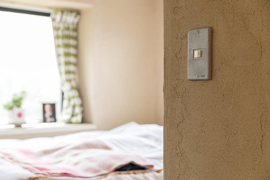 湿気が溜まりがちな部屋の壁には珪藻土を塗った。スイッチカバーはR&M。