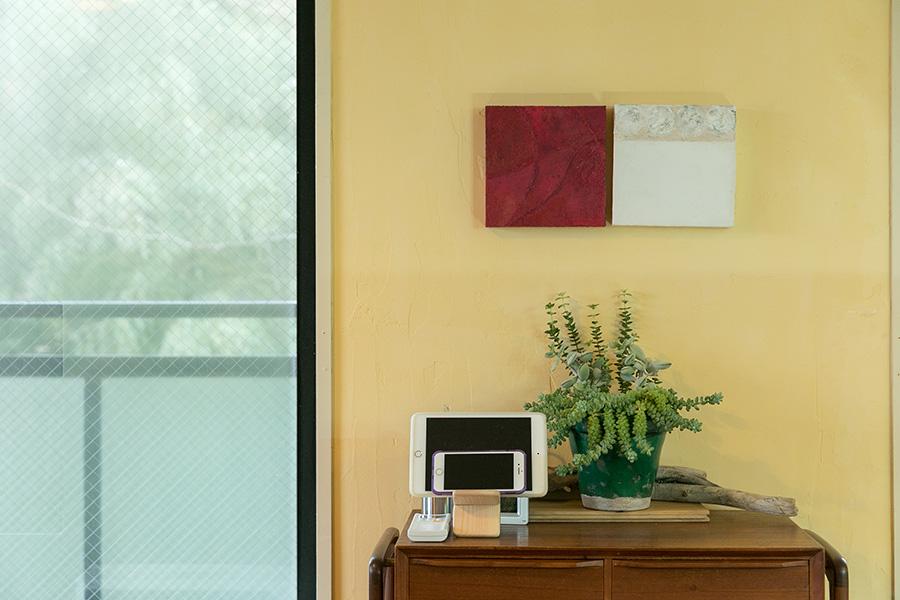 アクセントに銅版画作家 福本倫の作品を壁掛け。