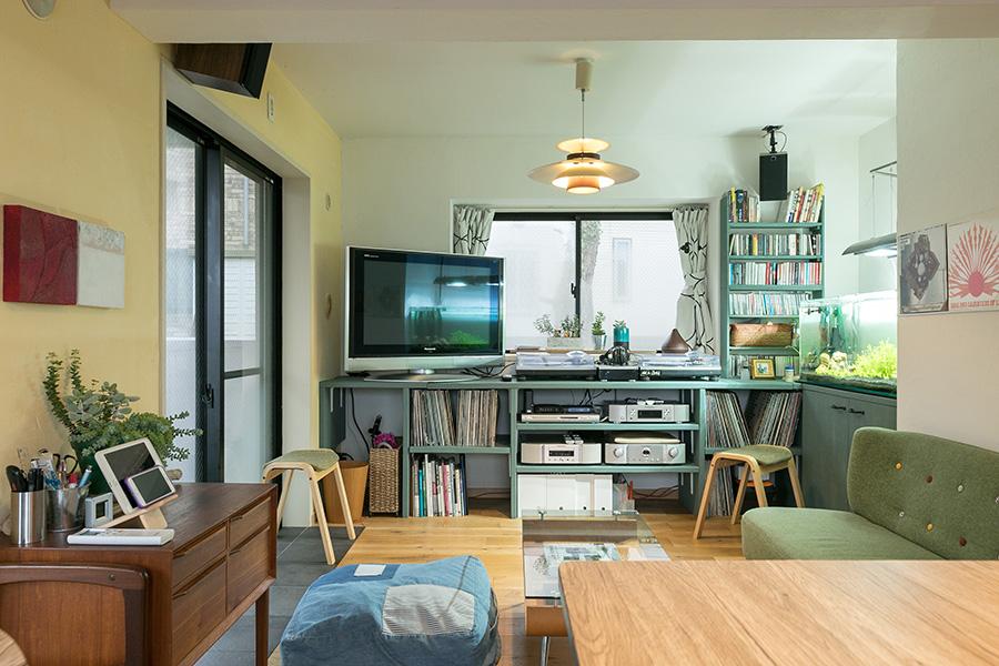 緑の棚は全て造作。音楽が趣味のYさんは天井に吊るされたスピーカーの配置にもこだわった。