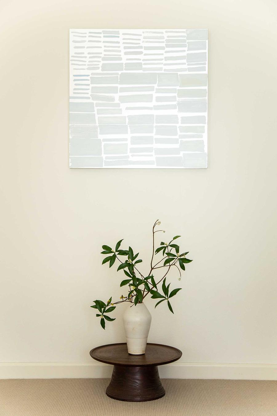 「京都在住のアーティストの作品です。西陣織の銀糸の材料となる銀紙が使われています。作品の下に和の花を活け、組み合わせを楽しんでいます」 Artist:アンジュ・ミケーレ