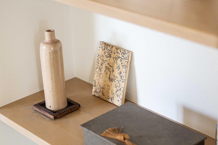 シックな文箱とリキュールを入れるアンティークのボトルにアートを組み合わせて。Artist:法貴信也