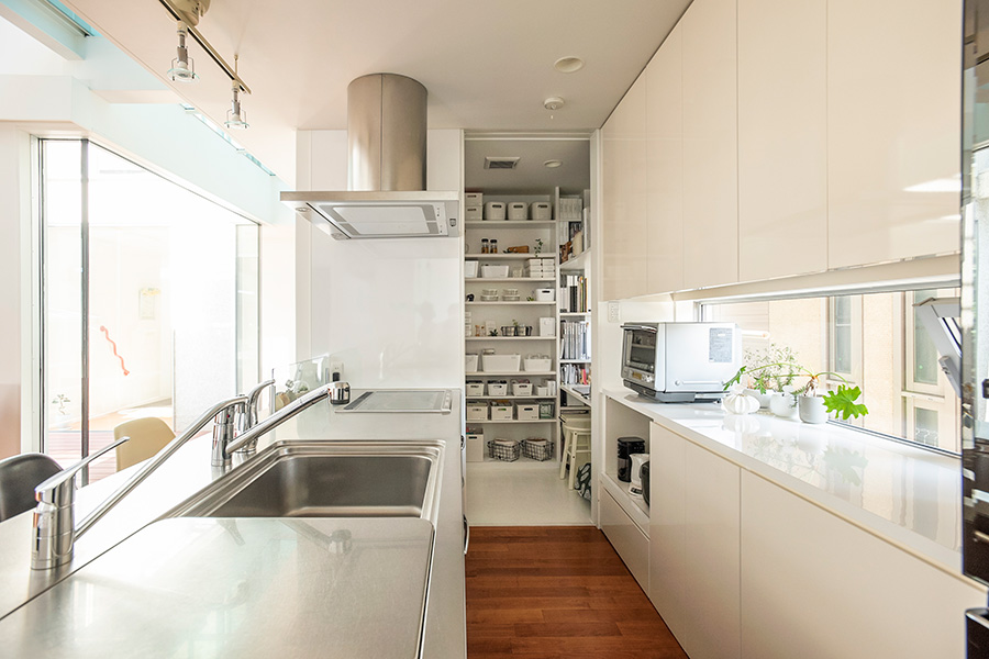 すべてのものがすっきり片付けられるよう、考えて造作したキッチン。奥には家事室を設けた。