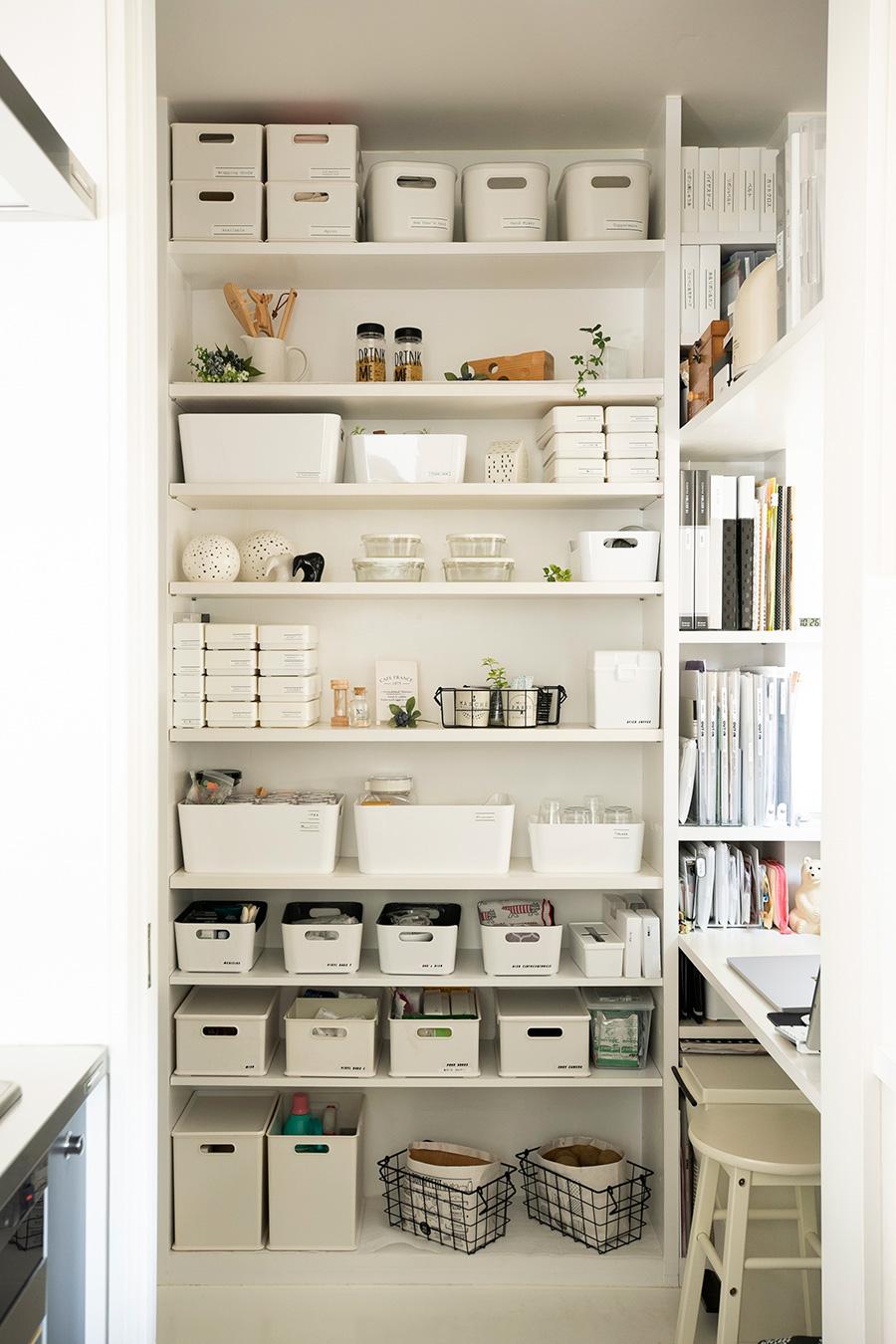 棚や机を造作した家事室。仕事も家事も、この1室で完結する仕組みになっている。