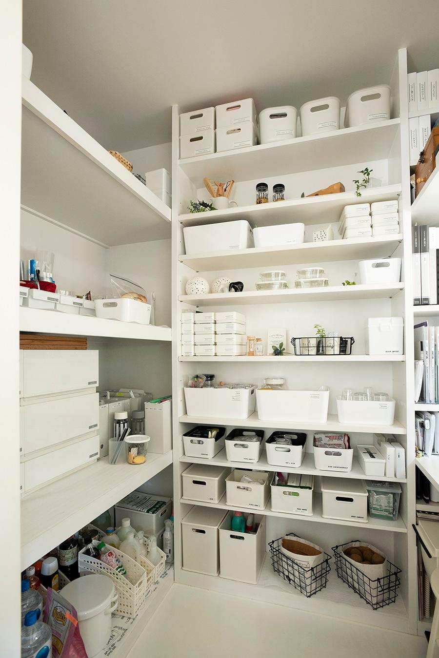 白ですっきり統一された家事室。中央の棚の棚板は可動できる。上の方にはあまり使わないものを。