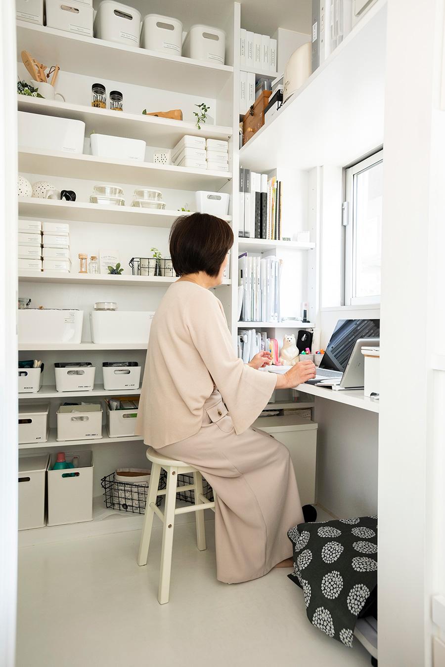 窓側に造作の机をリクエスト。座って手の届く位置に、書類などを入れるファイルボックスを収めている。