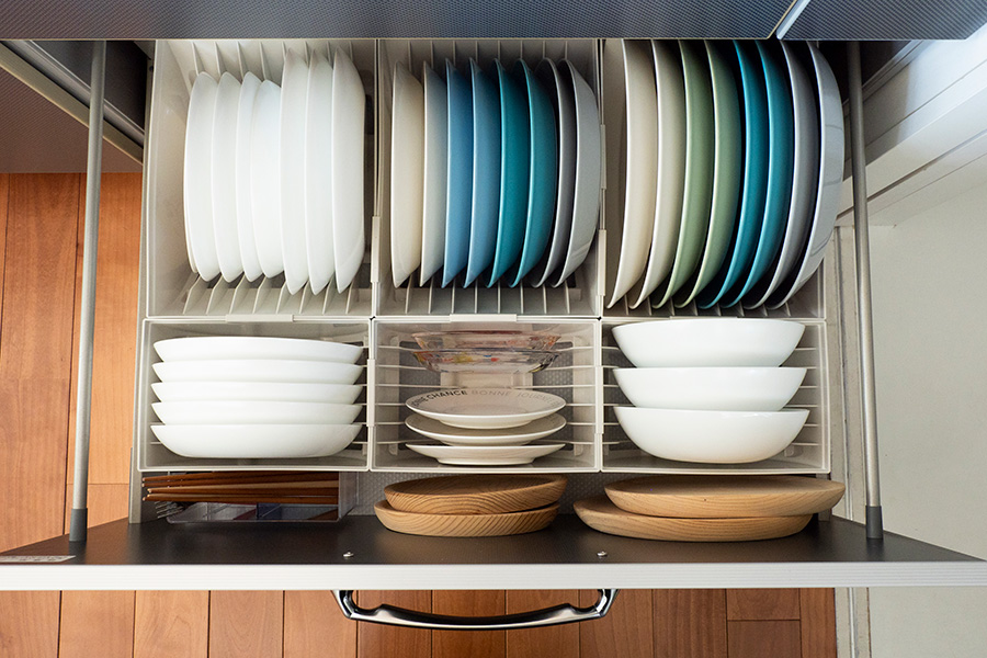 お皿をサイズ別に立たせて収納することで、ひと目て選んで取り出しやすく。