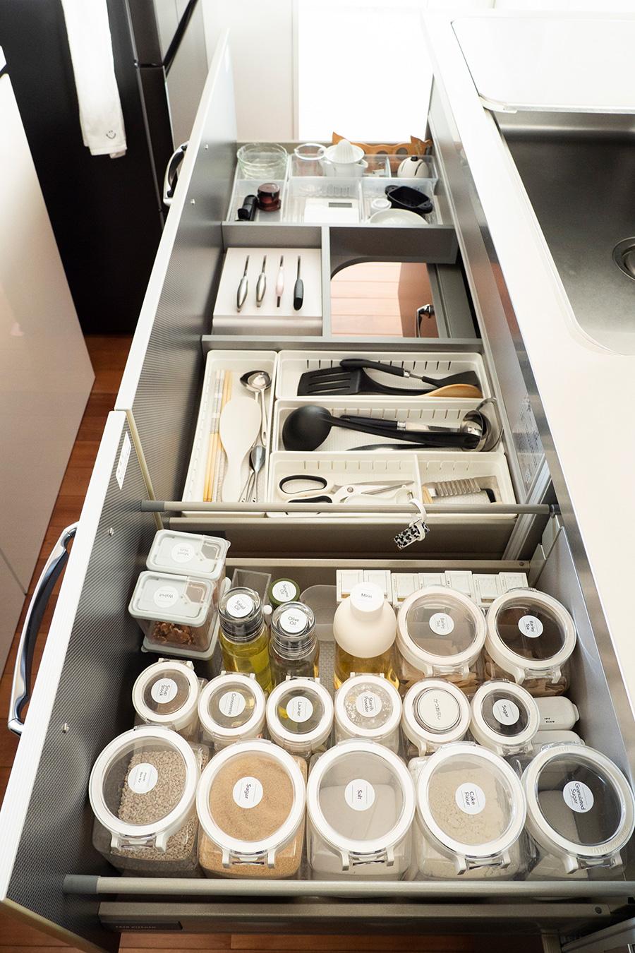 調味料などは中身の見える統一されたケースに。常に収納しているので汚れることも少ない。