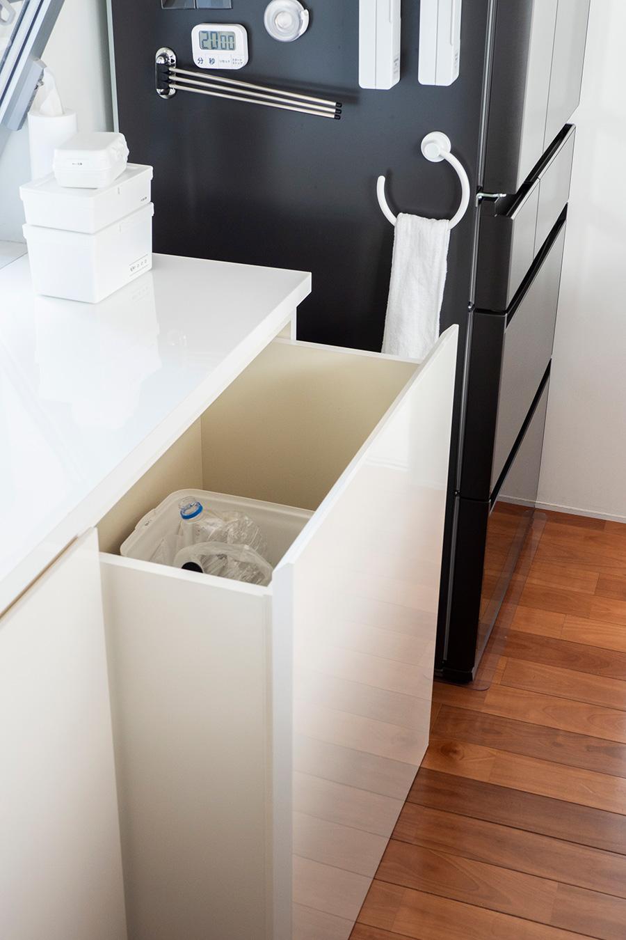 造作の棚にはゴミ置き場も。分別してたっぷり入れられるようスペースを確保した。