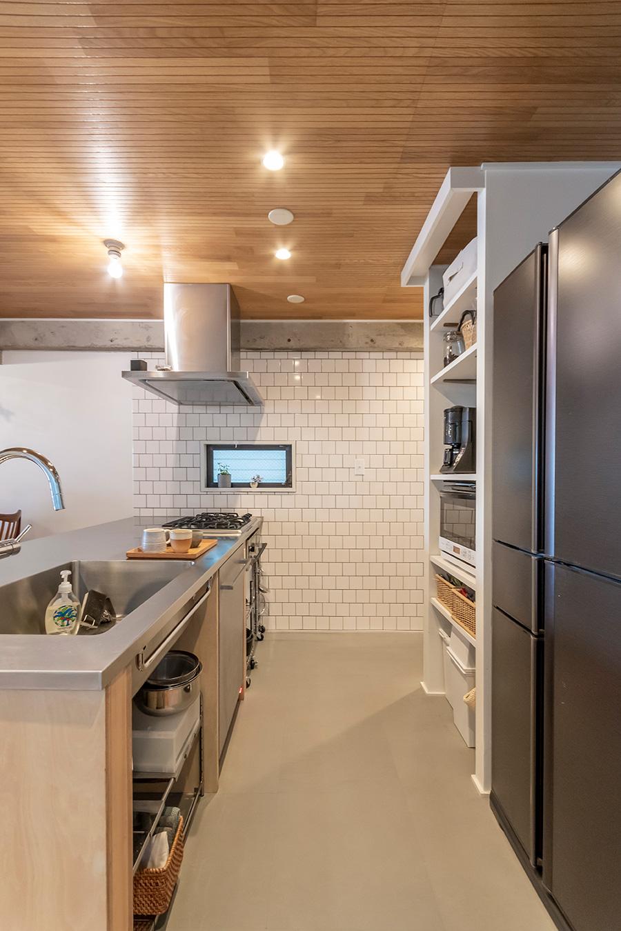キッチン床には水に強いPタイルを採用。