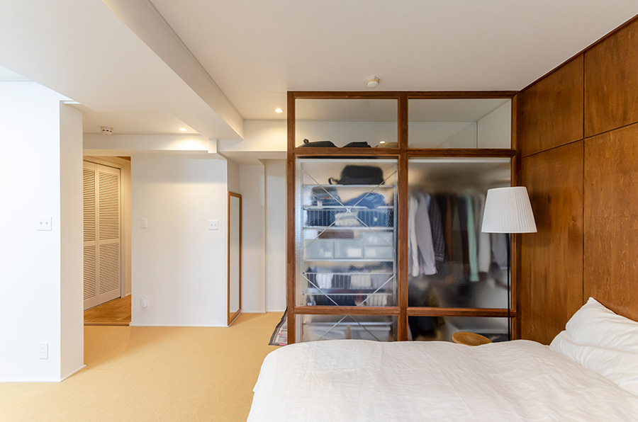 寝室とクローゼットを緩やかに仕切るカスミガラス。
