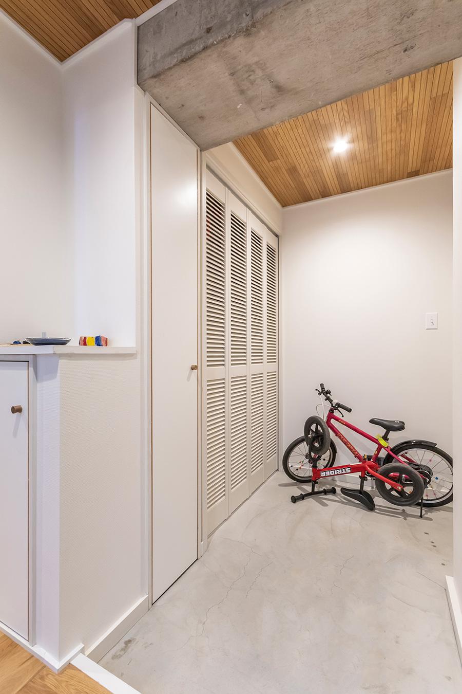 玄関の床はモルタルで塗装。