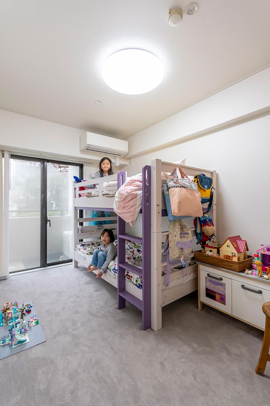 子供部屋の床にはグレーの絨毯を。