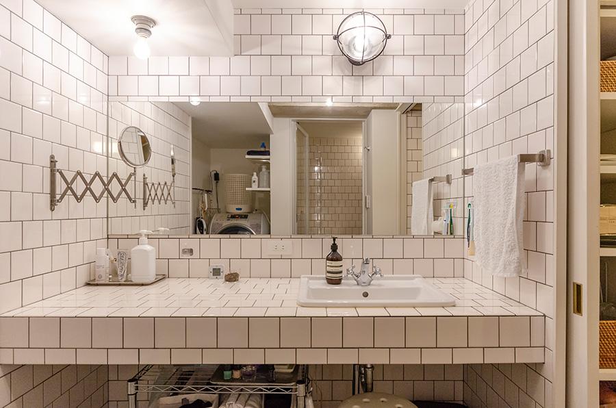 バスルームの壁は白タイルをウマ張りに。