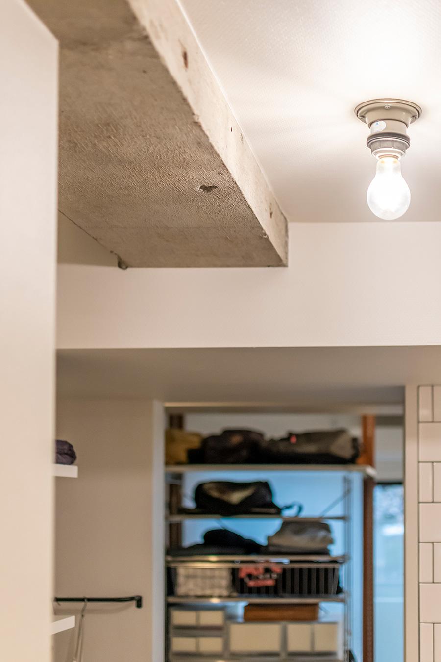 コンクリートの質感をそのまま活かした天井の梁。