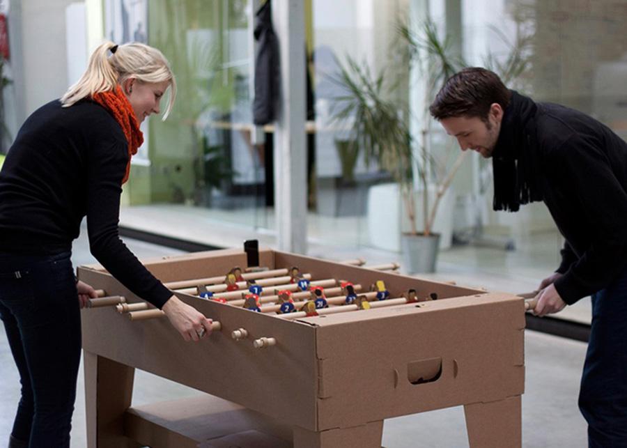 組み立て式のサッカーゲーム。1対1のシングルス、もしくは2対2のダブルスのいずれかでプレイできる。