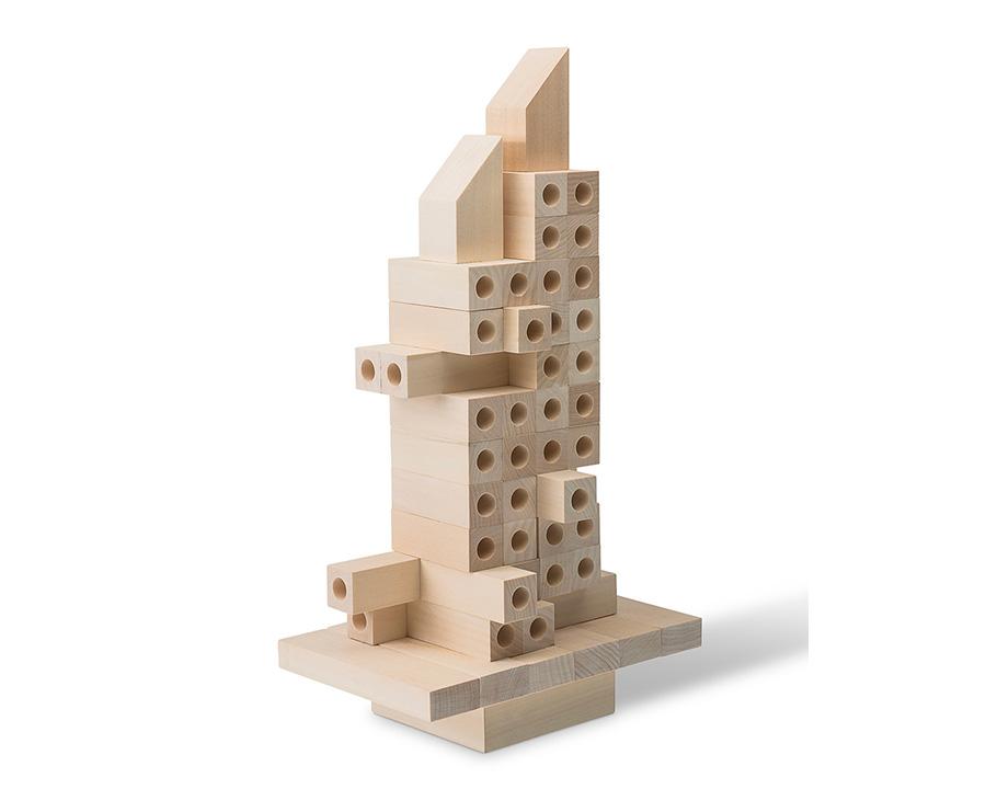 ジェンガゲームではなく、ブロックを用いて建築物をつくることも。建築家になったつもりでオリジナル作品を建ててみては!